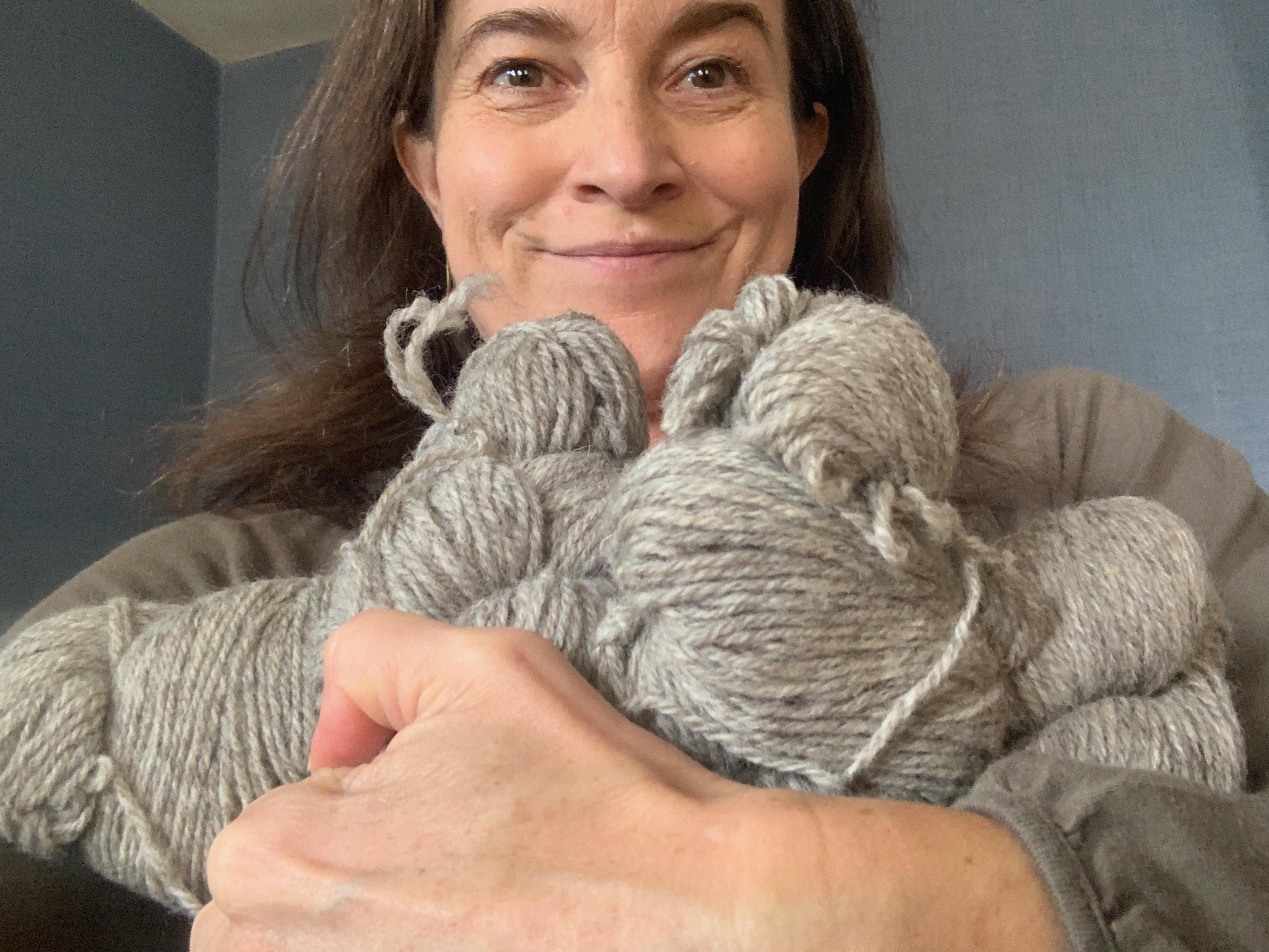 Tiina hält Wolle